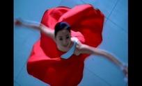 裙摆旋转的红衣女子