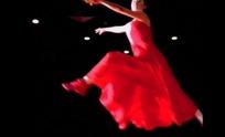 腾空跳跃舞蹈的红衣女子