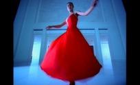 优雅站姿的红衣女子