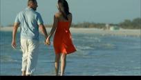 海边牵手漫步的情侣