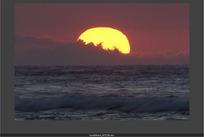 天象视频 大海海浪上空日落的金色太阳