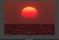 天象视频  流动的大海上空日落的红色太阳