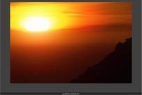 天象视频 山谷上日落的金红色太阳和天空