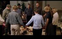家庭聚会 手牵手对着食物围圈祈祷的外国男女家人
