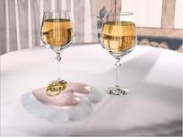 情人节视频 旋转桌面上的两杯香槟酒和一对黄金婚戒