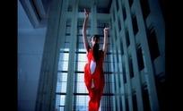 翩翩起舞的红衣女子