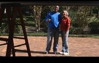 视频—升起的门和微笑的外国夫妻