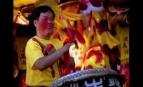 视频—笑着敲鼓的舞狮队男人