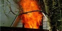 窗户中喷涌的火焰和浓烟