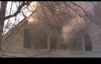 火海中的木屋和燃烧后的浓烟