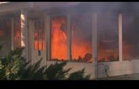 火焰燃烧的木房子