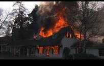 木房子窗户喷涌的火浪火焰
