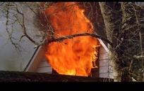 木房子烧破的窗户和大火