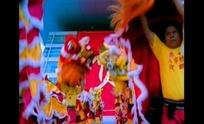 正在表演的舞狮队队员