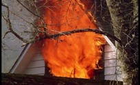 木房子窗户冒出的大火火焰