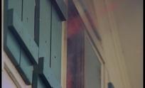 木房子窗户喷出的火焰