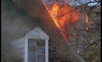 木房子着火的火焰烟团