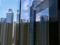 玻璃幕墙反射的高楼建筑
