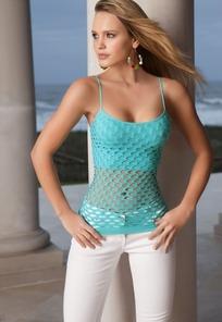 穿青色洞洞小衫双手叉腰的外国美女