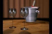 油漆桶前旋转的两个高脚玻璃杯