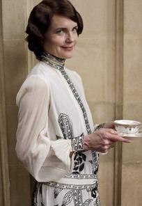 端着咖啡的外国中年女人