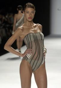 t台走秀的外国泳衣模特