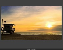 夕阳下的海边木屋