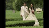 公园里的牵手的新郎新娘