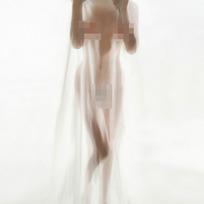 白色轻纱下女人的裸体