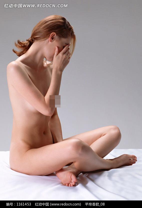 盘腿坐着的外国裸体美女图片