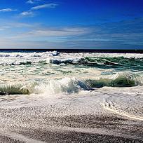 波涛汹涌的海面图片