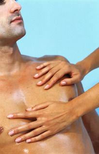 被男子的双手遮住的胸部