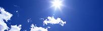 阳光照耀下的蓝天白云