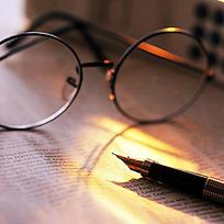 复古钢笔和圆形眼镜