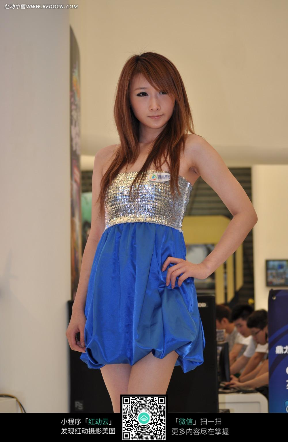 穿蓝色短裙的美女照片图片