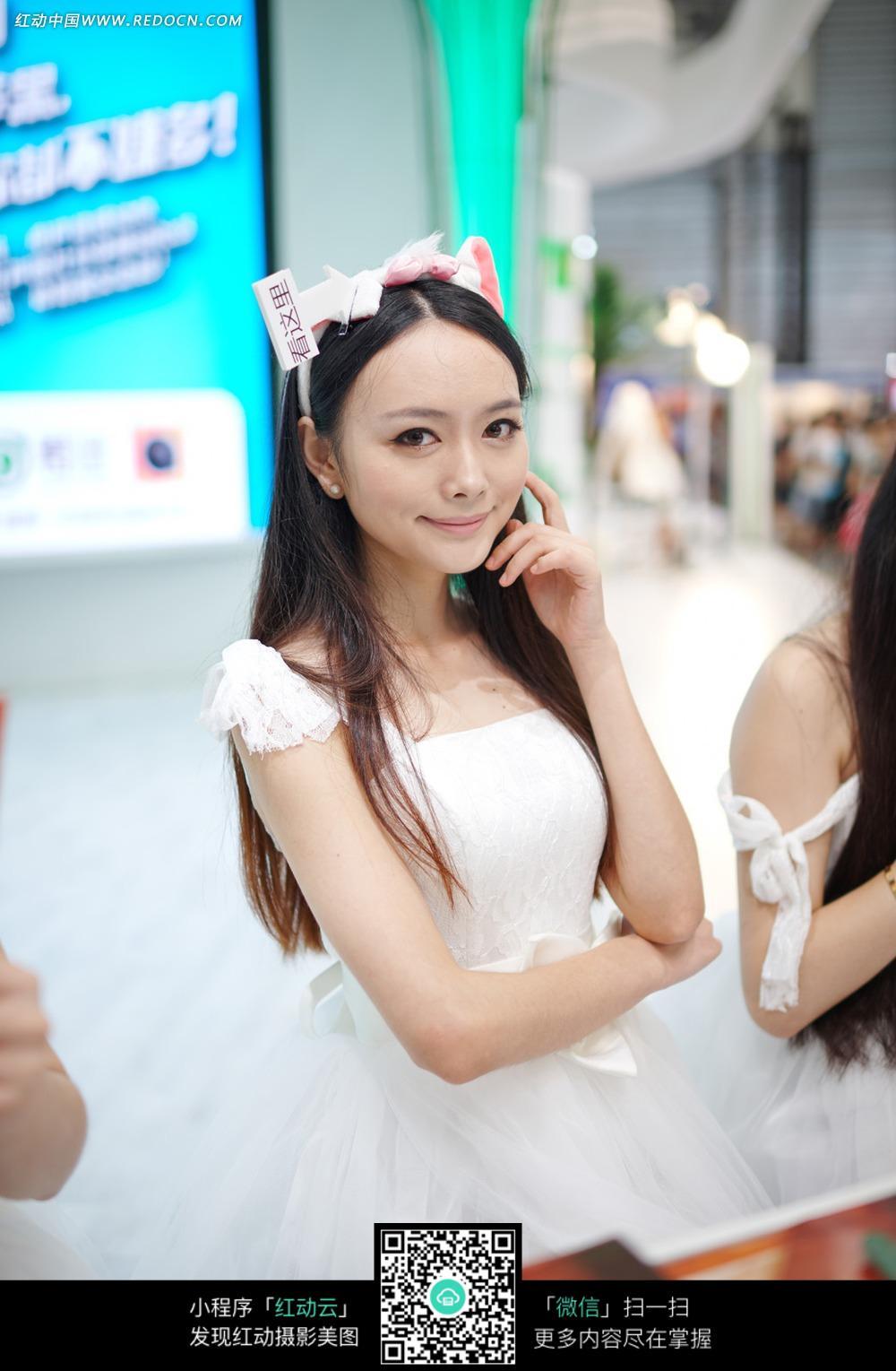 穿着白色礼服的美女图片