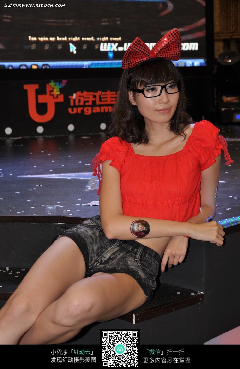 戴眼镜的短发女孩图片 高清图片