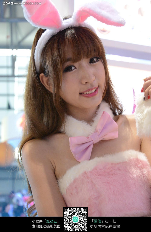 粉色毛绒美女照片图片 竖