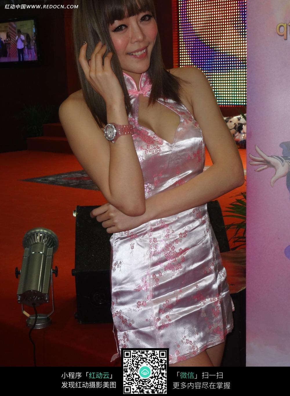 粉色性感旗袍美女照片图片