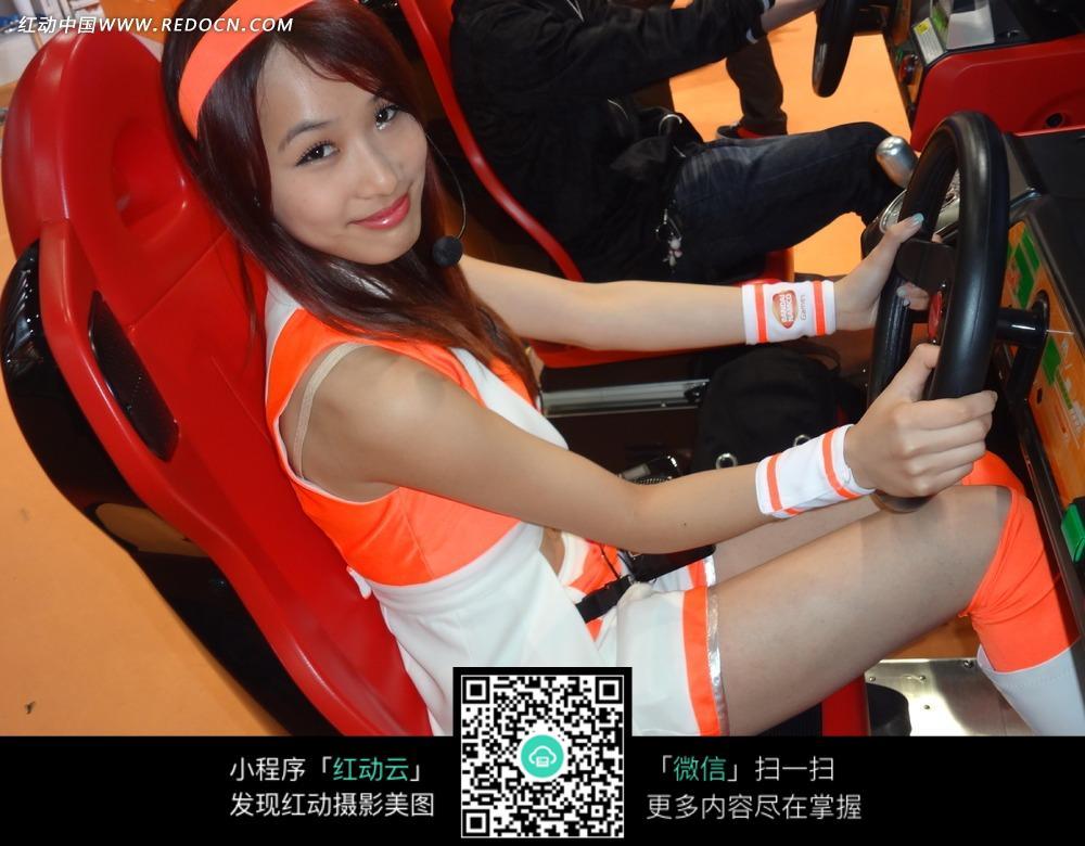 玩游戏赛车的美女照片