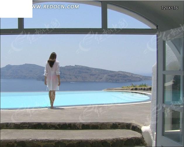 一个美女靠近游泳池的视频素材