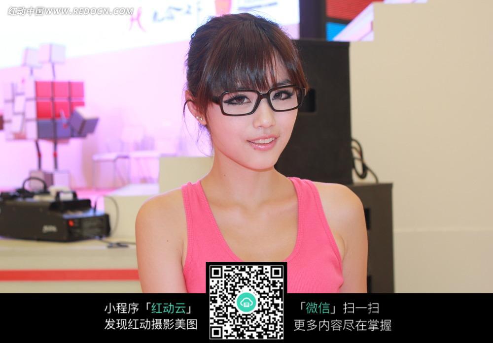 游戏展戴眼镜的清纯美女
