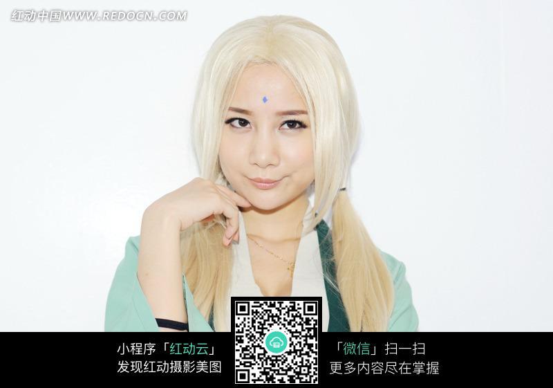 白色头发的可爱美女图片