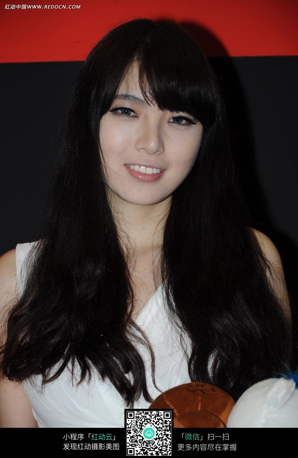 黑色长卷发的美女大头照图片