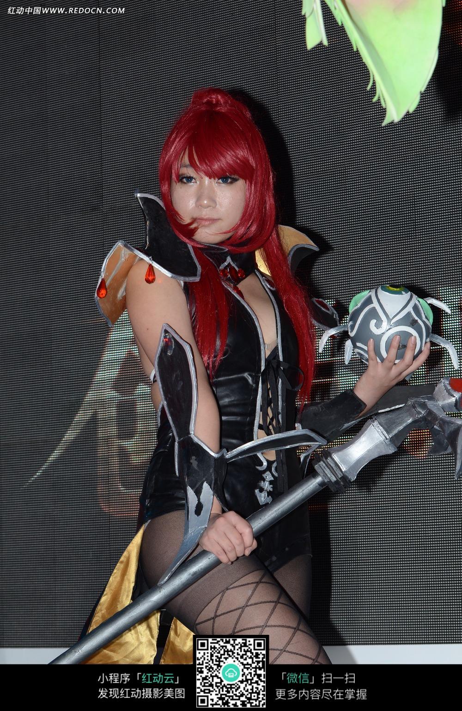 红色头发的游戏美女扮演者