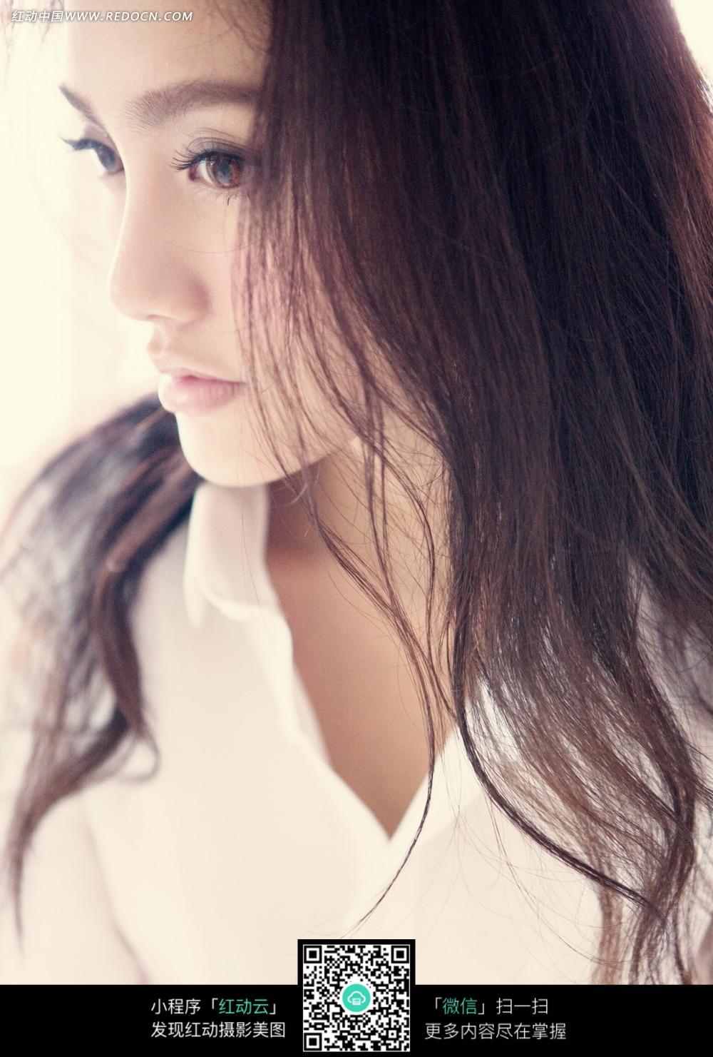 白衬衫长发美女图片