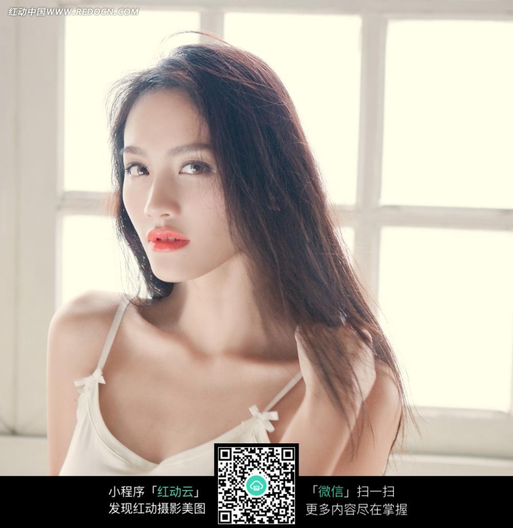 白色吊带裙长发美女图片