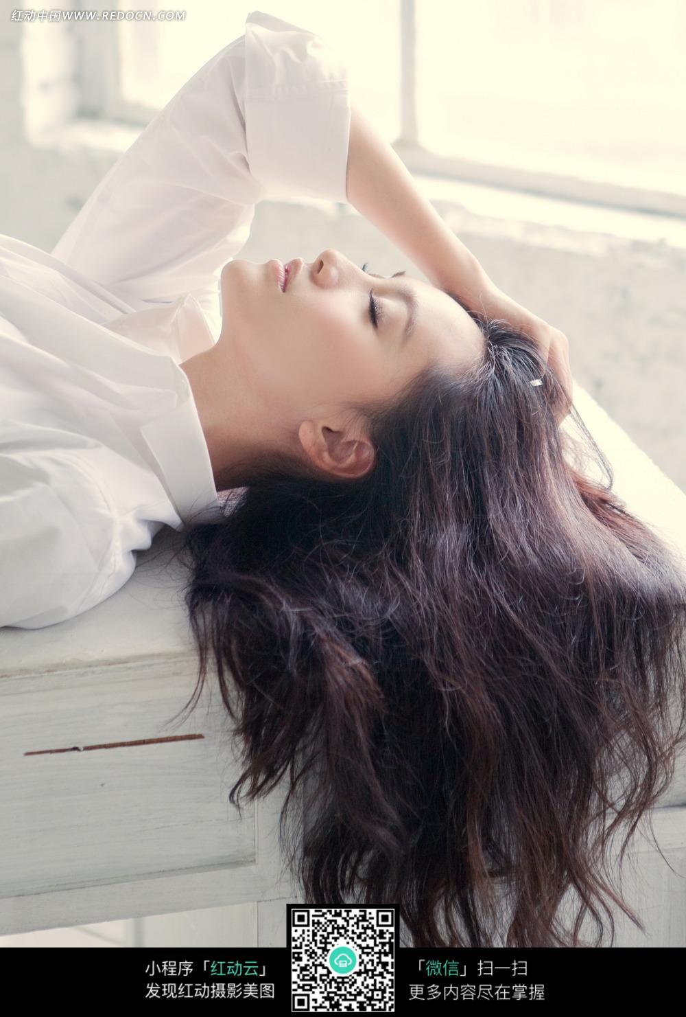 闭眼躺着的长发美女图片