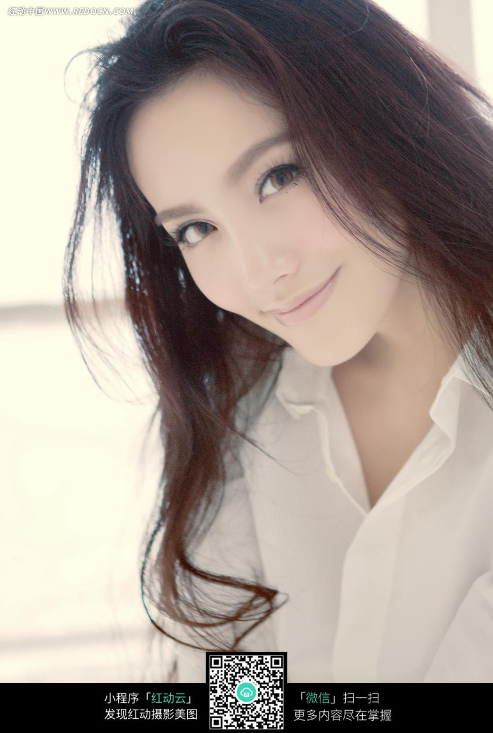 穿白衬衫的长发美女图片