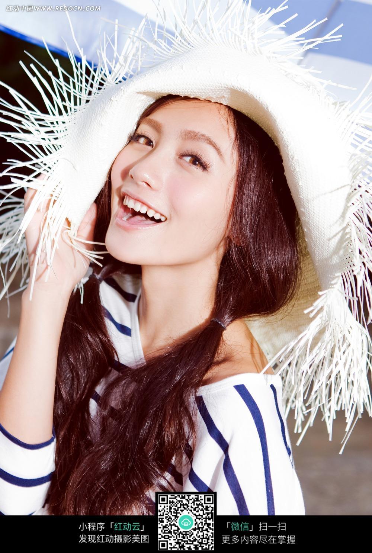 戴着草帽的长发美女图片图片